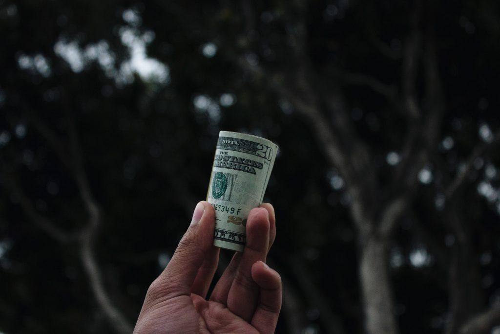 お金を持ってる男性の手