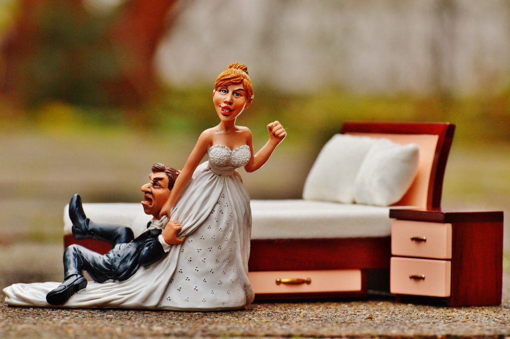 結婚した夫婦の人形画像