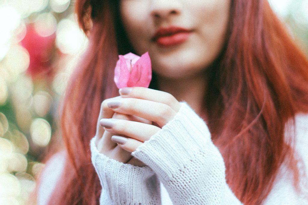 綺麗な花を持つ女性