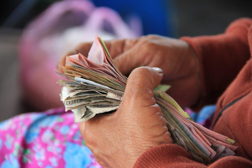 お金を数えてる手