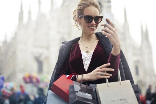 楽しそうにショッピングする女性