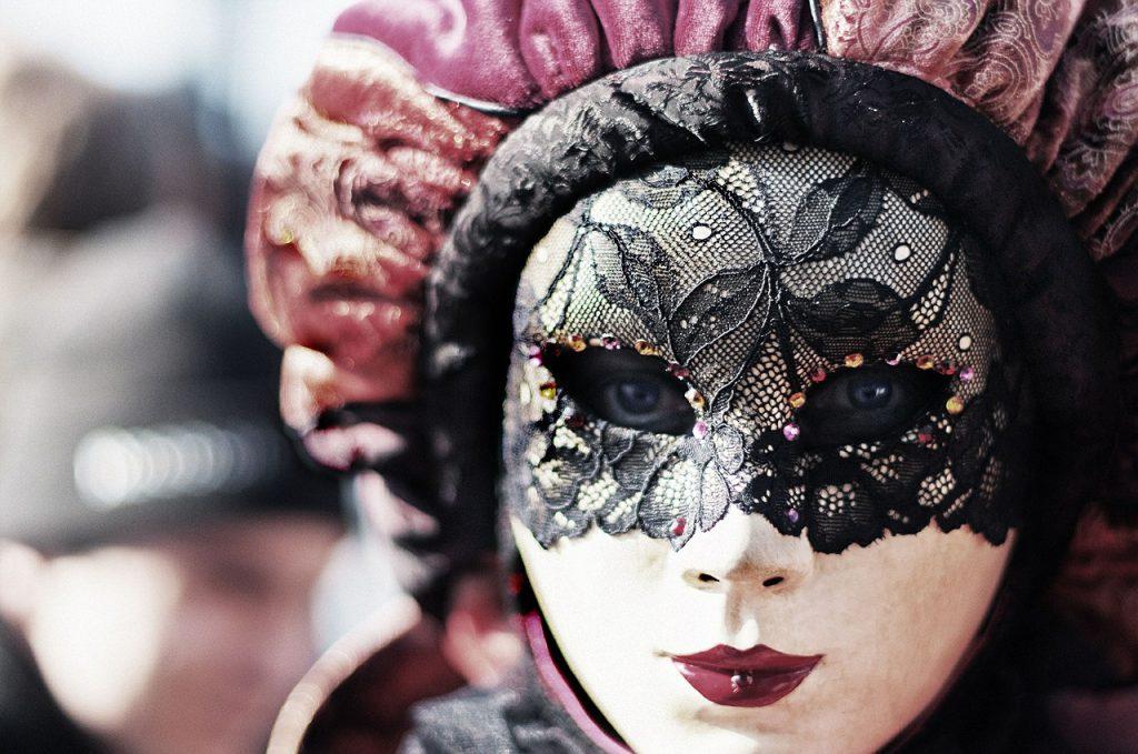 こっちを見てる仮面をつけた女性