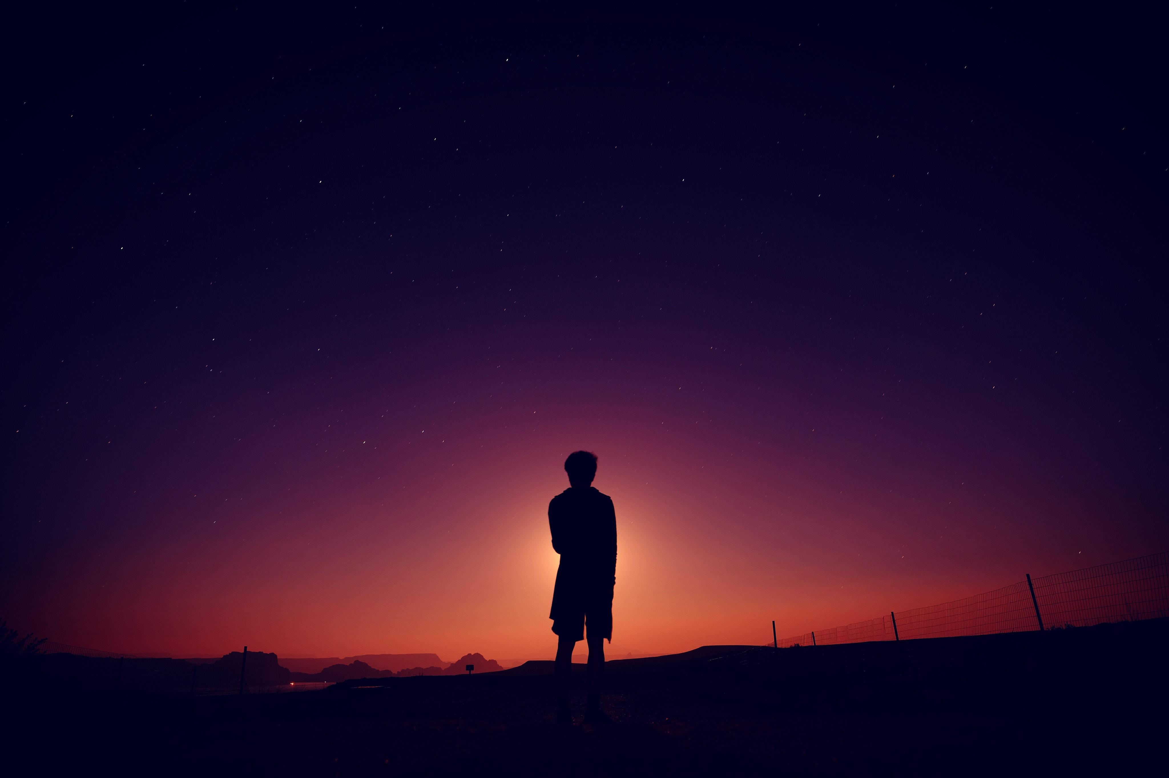 一人孤独に佇むひと