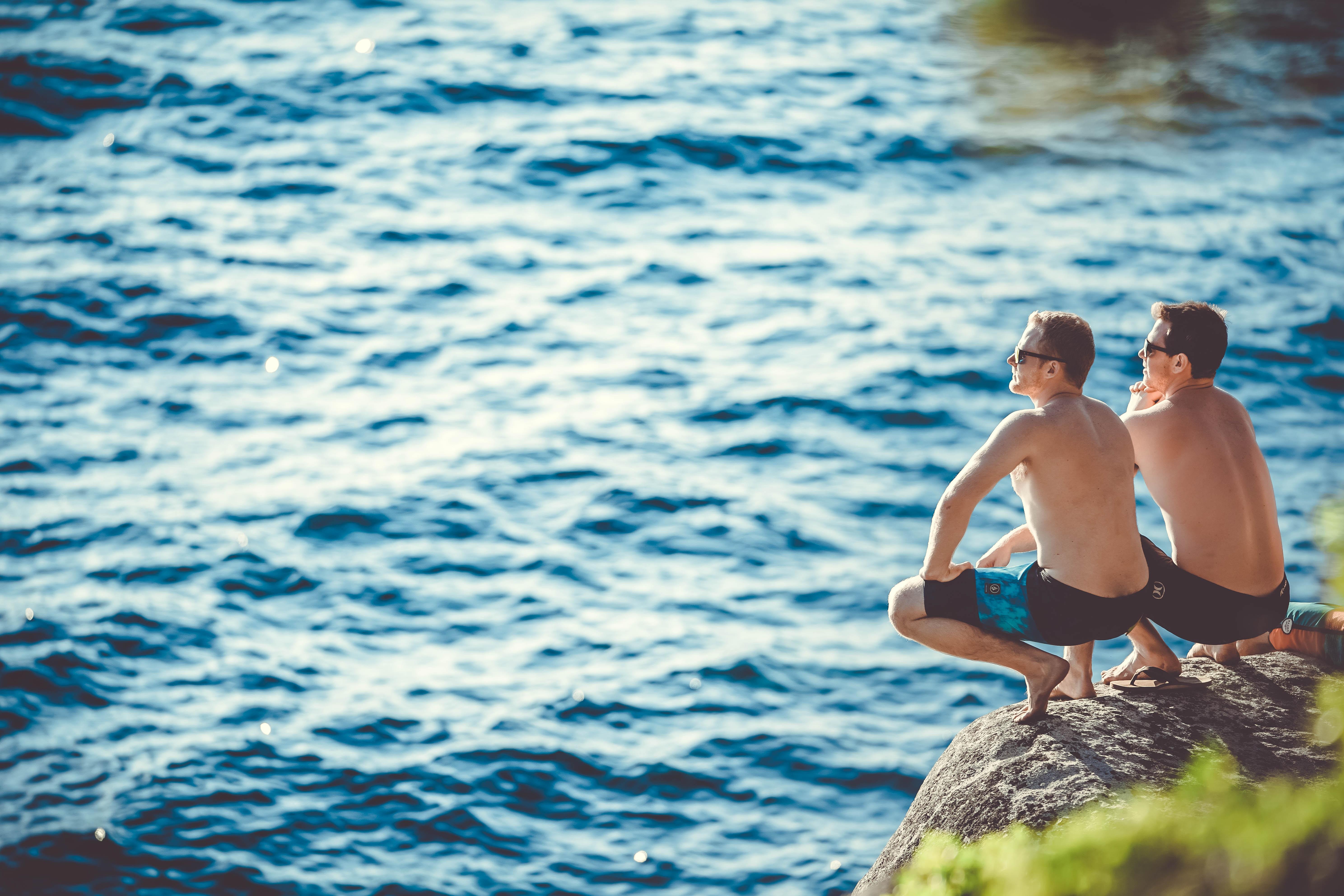 海をみつめる男性