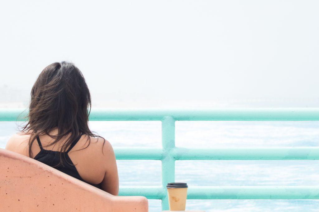 冷静に海を見つめる女性
