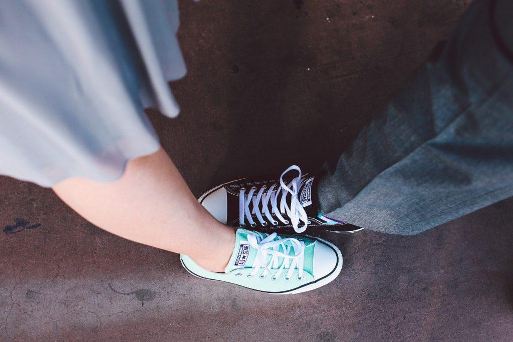 靴を見せ合う男女
