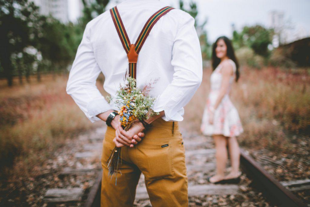 花束を女性にあげようとしている男性
